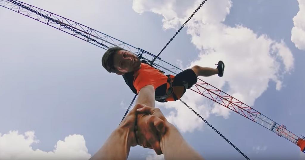 Завораживающее зрелище. Ребята прыгают на батуте, установленном на высоте 30 метров над землей: видео