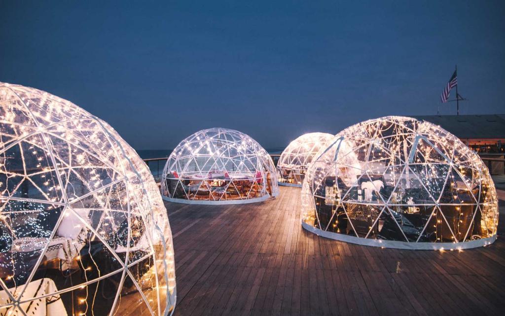 Уют на зимнем пляже: отель предлагает приятно провести вечер и сделать стильные фотографии в тематических иглу