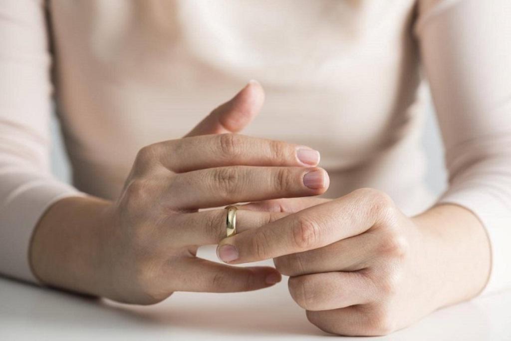 Разочаровавшаяся в браке женщина попросила священника развести ее с мужем. Он согласился, но только после того, как она испечет вкусный хлеб