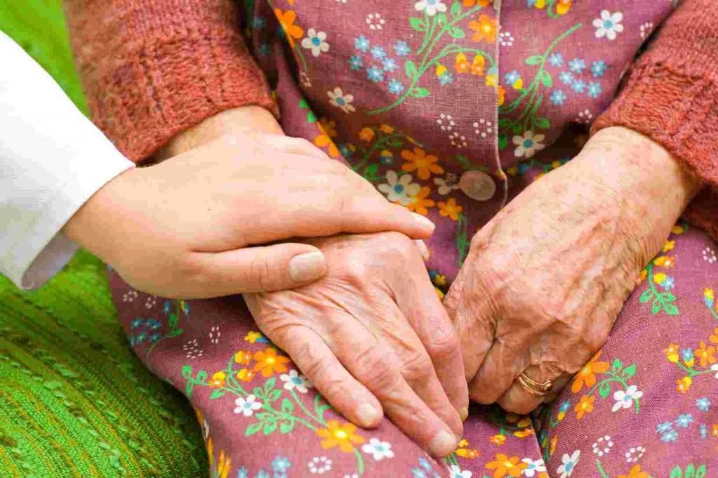 По Сети разлетелось фото пожилой женщины и девочки, которое вызвало немало восторженных отзывов