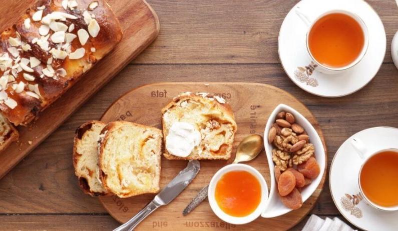 Хлеб с козьим сыром и абрикосовым вареньем. Вкусно, просто и крайне сытно
