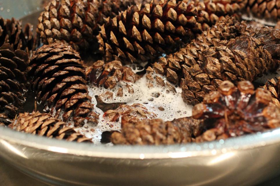 Несколько способов хорошо очистить сосновые шишки в домашних условиях: потом их можно использовать для декора и украшения дома