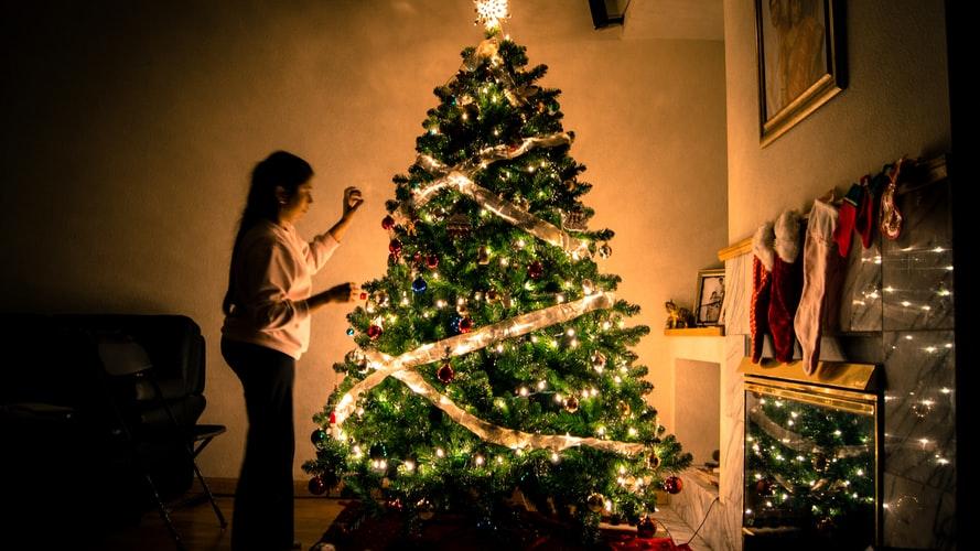 Куда поставить елку и как ее украсить, чтобы в 2020 году в доме водились деньги