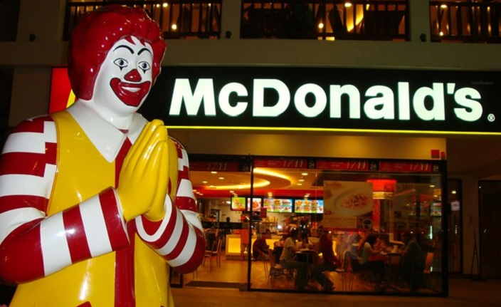 Дочки захотели еду из McDonald's, но папа не смог их туда отвезти. Тогда он решил приготовить все сам