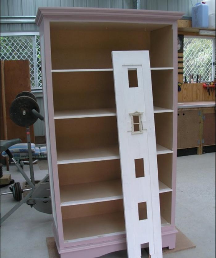 Идея, достойная восхищения: родители купили за копейки старый шкаф и сделали подарок для маленькой дочки