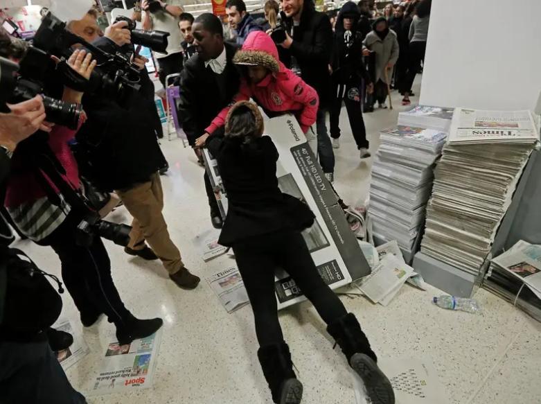10 фотографий Черной пятницы, которые очень точно отражают, что творится на распродаже