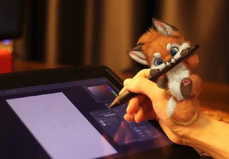 Художник рисует очаровательных маленьких существ в цифровом виде и переносит их в реальный мир
