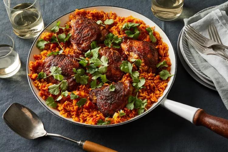 Вкуснейший цыпленок на сковородке с рисом, помидорами и куркумой. Аппетитно и очень сытно