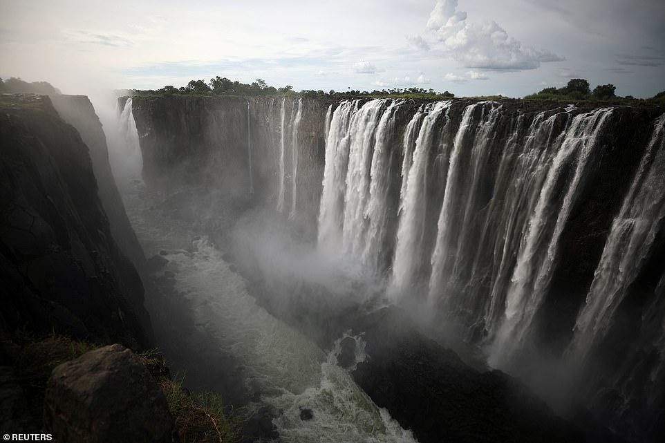 Шокирующие фото крупнейшего водопада Виктория, который почти пересох
