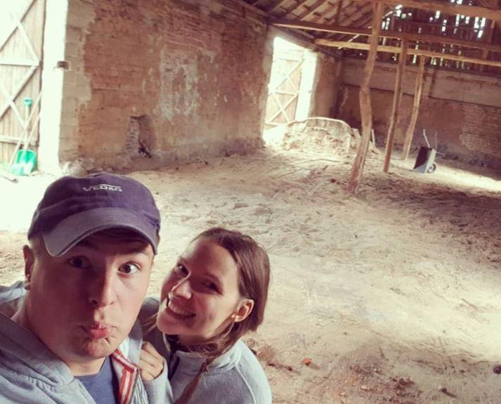 Молодожены за 3 месяца превратили обычный сарай в банкетный зал для свадьбы
