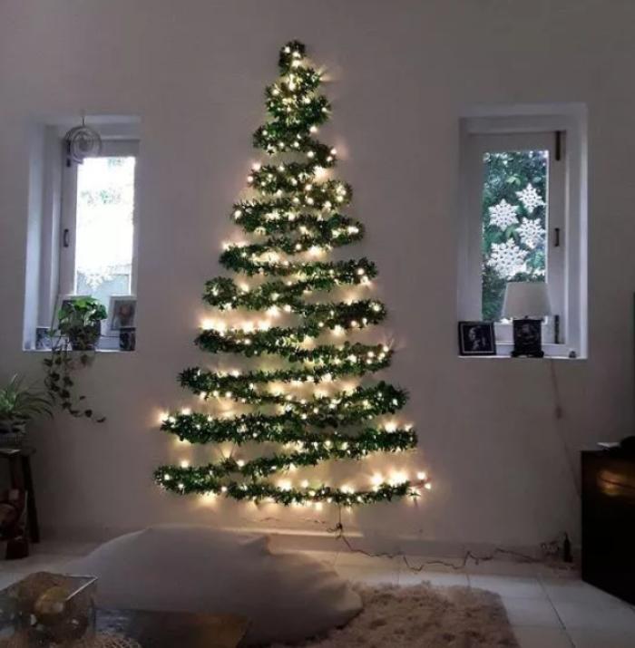 Для тех, кто не хочет покупать искусственную новогоднюю красавицу и бережет природу: как сделать импровизированную елку из подручных материалов
