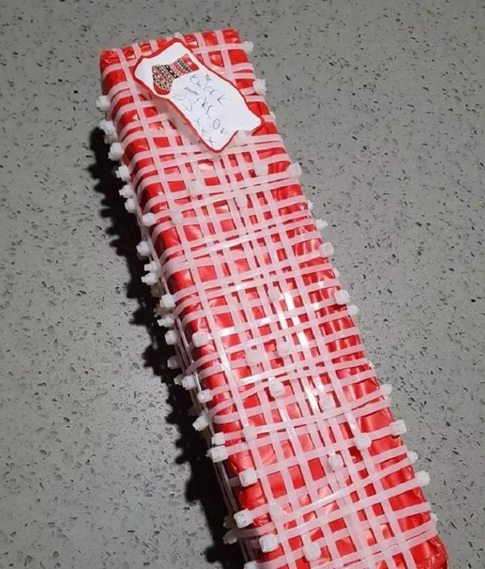 Сестра приготовила для брата подарок в необычной упаковке: ему придется потрудиться, чтобы его распаковать
