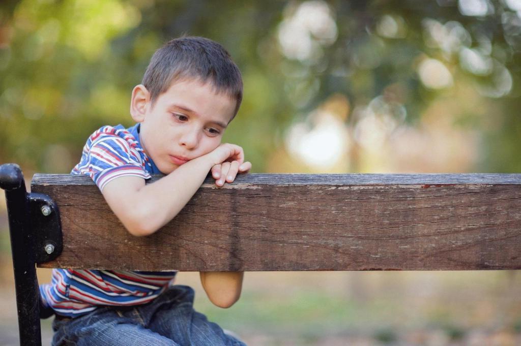 Мальчик рассказывал на улице прохожим, как ему тяжело жить с родителями. Но тут подошла его мама