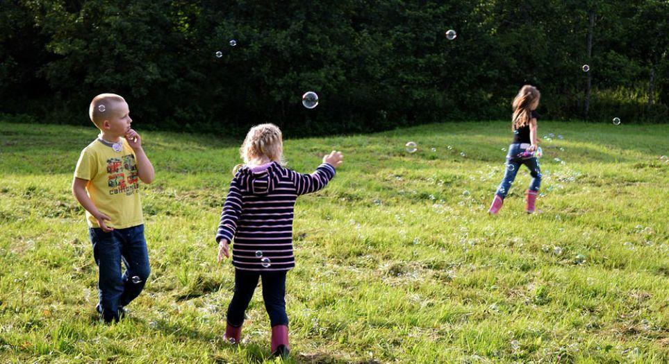 Всегда устраивать праздничные мероприятия: как расширить социальные навыки ребенка, когда он единственный в семье