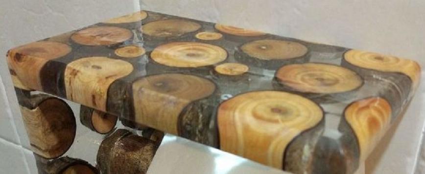 Деревянные спилы, залитые эпоксидной смолой, смотрятся шикарно в диспенсере для туалетной бумаги