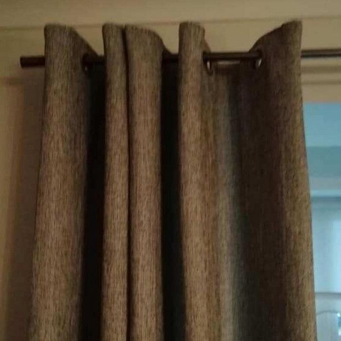 Чтобы шторы висели идеально ровно, достаточно нескольких рулонов туалетной бумаги