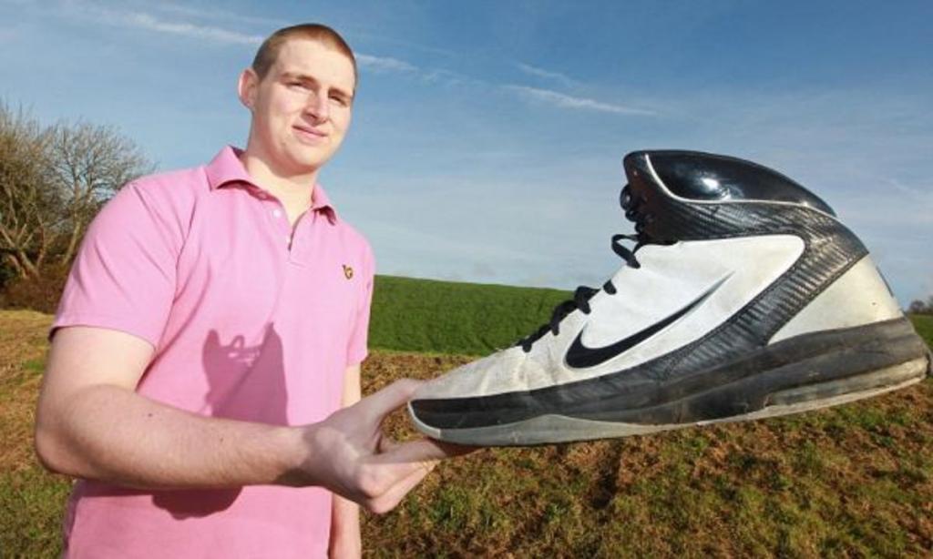 Допишите к своему размеру обуви 2 нуля, от полученного числа отнимите год рождения. Результат - ваш возраст