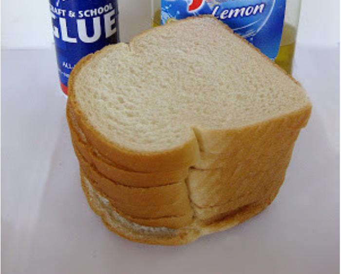 Смесь для украшений: что получится, если черствый хлеб соединить с клеем и моющим средством