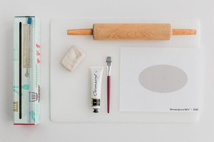Красота в небрежности: как сделать декоративное продолговатое блюдо из глины для хранения важных мелочей