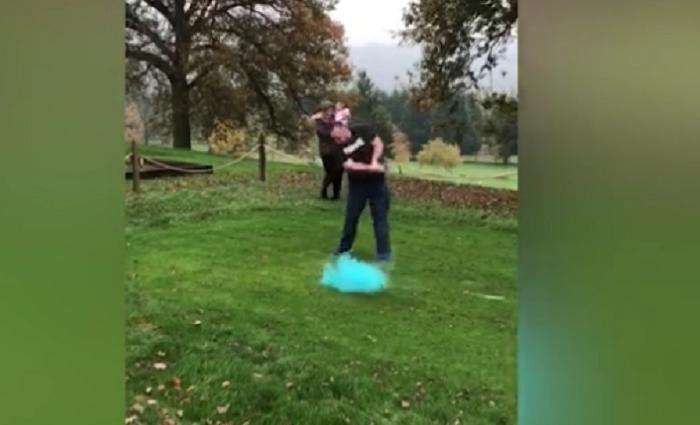 Джоди и Джозеф познакомились на поле для гольфа, поэтому они решили рассекретить пол будущего ребенка ударом по мячу
