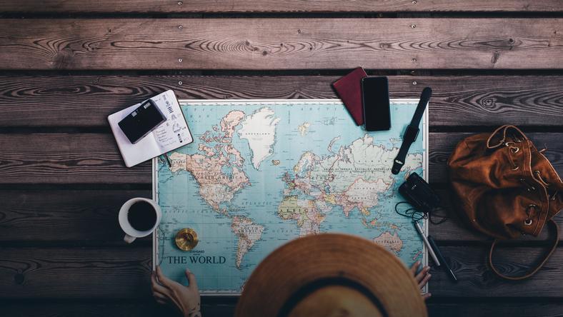Скретч-карта мира или оригинальная одежда: идеи подарков для друзей, которые любят путешествовать