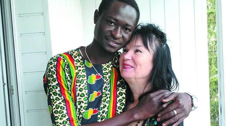 Познакомились в Facebook, поженились заочно в Гамбии: женщина-пенсионерка выбрала себе в спутники жизни 26-летнего футболиста