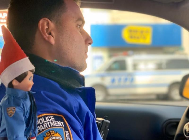 В отделении нью-йоркской полиции появился новый сотрудник - эльф, который является посланником Санты и следит за порядком. Полицейские поделились приключениями эльфа в соцсетях