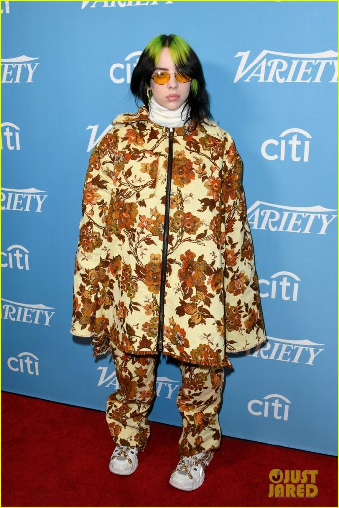 Разнообразный хитмейкер года : Билли Айлиш сразила публику нарядом в стиле диванной обивки