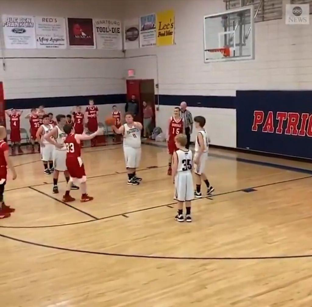 Спортивная солидарность: баскетболисты смотрели как соперник забивает им гол и это не из-за того, что они не умеют играть