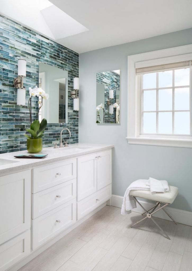 Акцент на текстуре или гламур и стиль: несколько дизайнерских идей оформления фартука за раковиной в ванной комнате