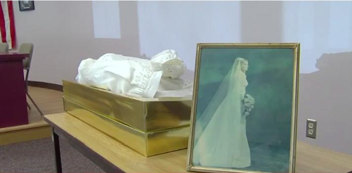 Мужчина купил новый дом и обнаружил на чердаке коробку, где лежало свадебное платье