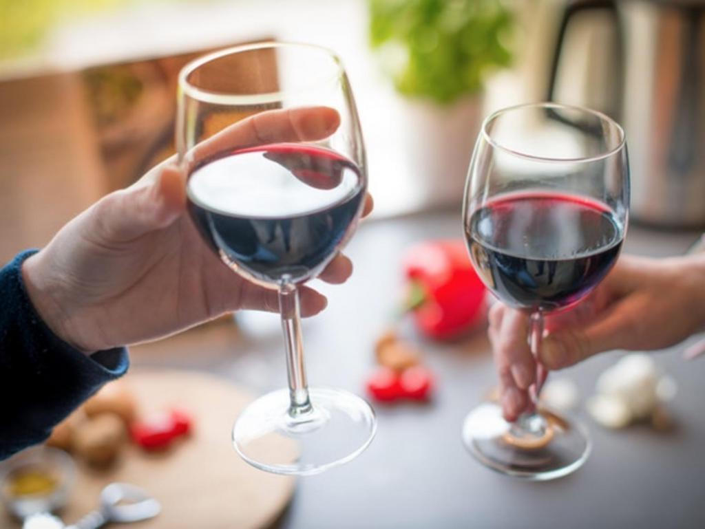 Красное вино не так полезно для здоровья, как мы привыкли думать: плюсы и минусы напитка