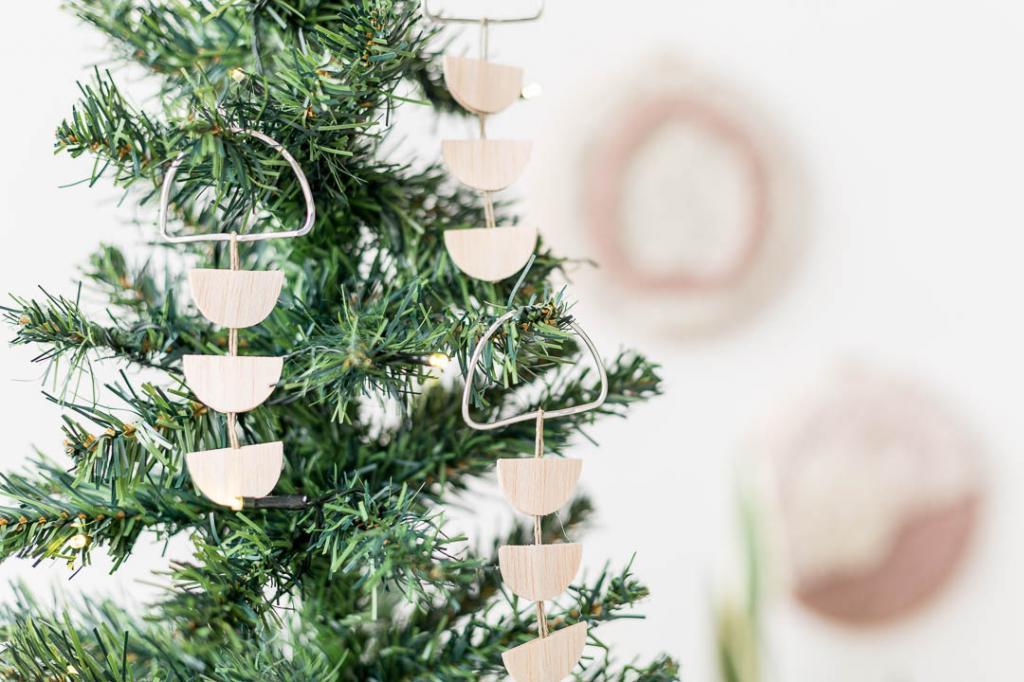 Просто, красиво и из экологичных материалов: делаем елочные украшения из проволоки и натурального дерева