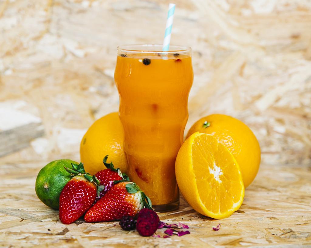 Сок из апельсина и клубники - это не только кладезь витаминов: он поможет быстро избавиться от лишних сантиметров на талии