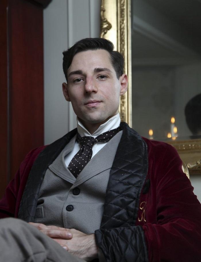 Родился не в ту эпоху: Майкл Коропиш носит одежду 19 столетия, пишет пером и не смотрит телевизор