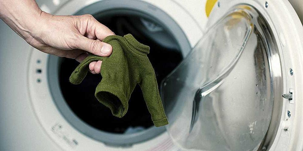 Использовать для стирки холодную воду и изучить информацию на этикетке: как не допустить, чтобы одежда