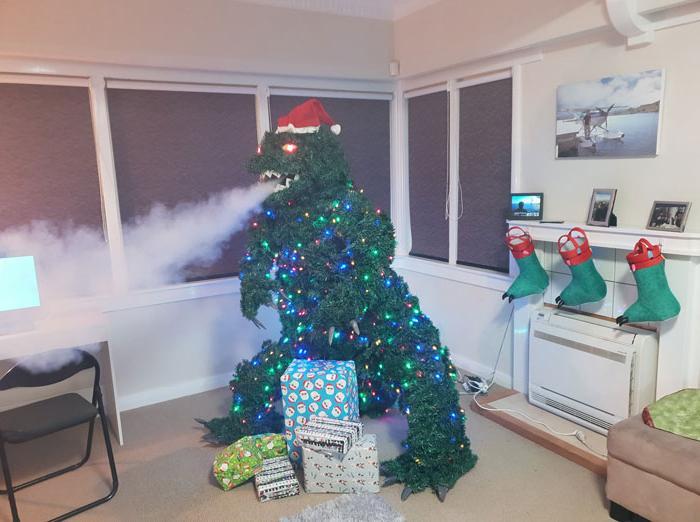 Мужчина сделал из рождественской елки Годзиллу, который испускает дым изо рта: это может повторить каждый