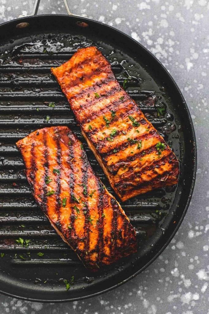 Муж очень любит рыбку, поэтому я готовлю ему лосося под сливочно-медовым соусом и заправкой