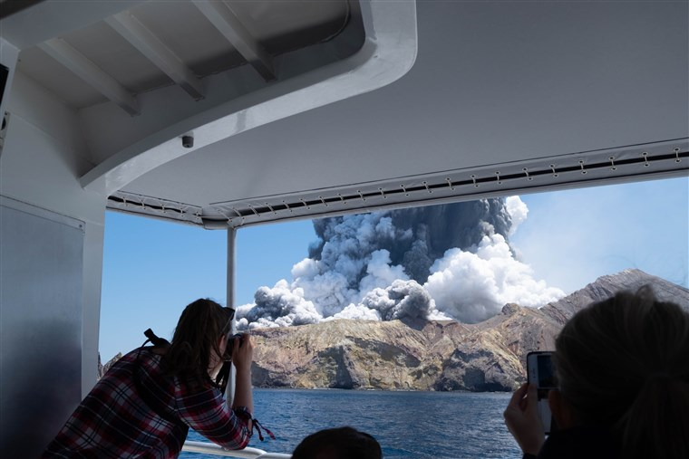 В Новой Зеландии внезапно началось извержение вулкана (фото)