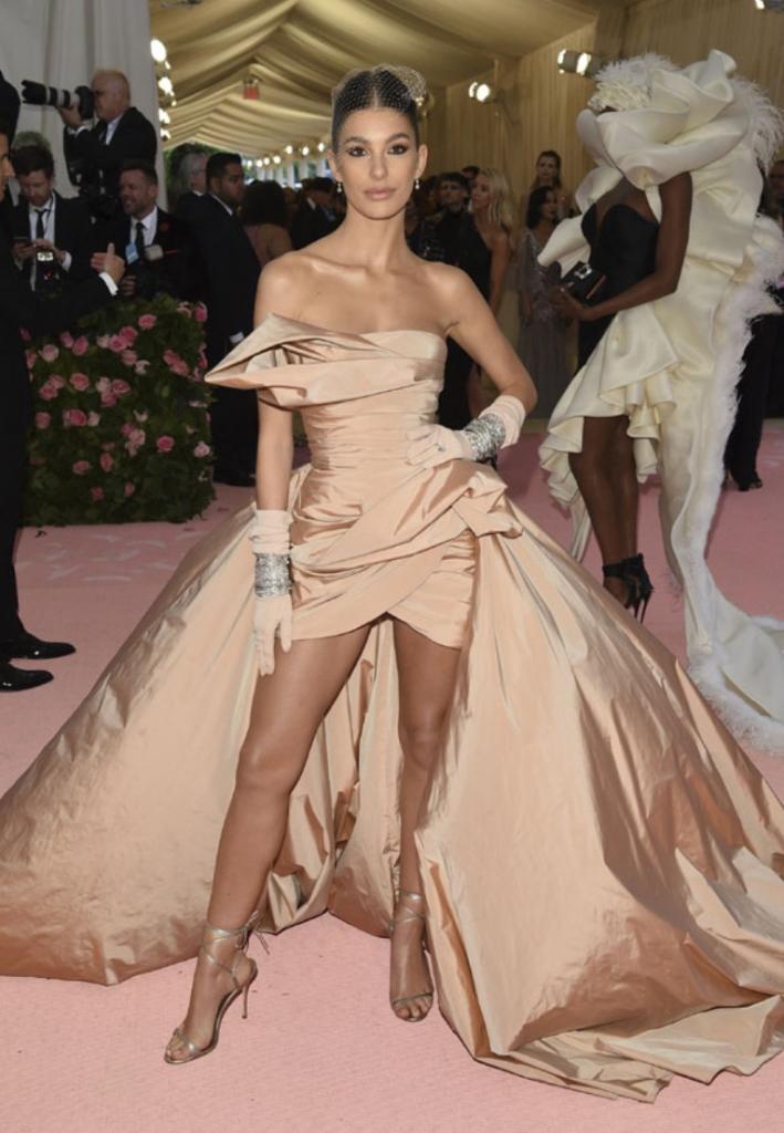 Тенденции современной моды, которые можно узнать по нарядам Камилы Морроне   подруги Леонардо Ди Каприо и модели