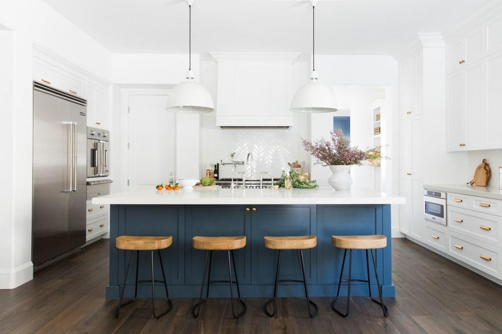 Идеальное сочетание: советы дизайнеров по использованию безупречно белого и всех оттенков синего в интерьере кухни