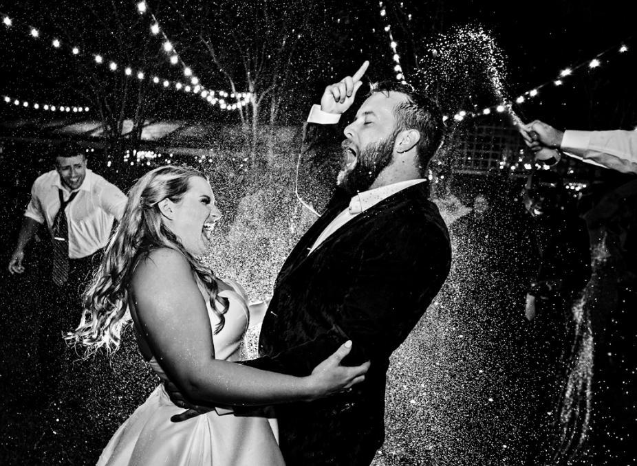 От обмена клятвами до безумной вечеринки: эмоциональные свадебные фотографии, сделанные в 2019 году