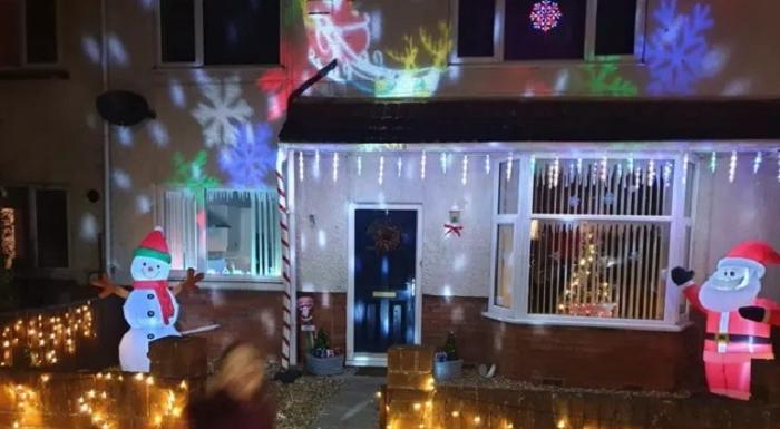 Мужчина украсил свой дом к Новому году, чем вызвал недовольство соседей. Тогда хозяин снова отправился в магазин