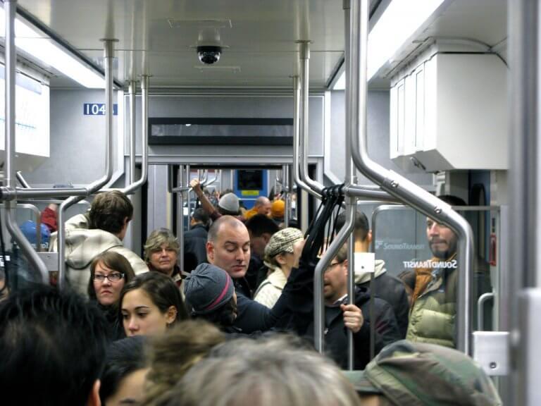 Незнакомцы окружают нас везде - в автобусе, метро, самолете. Что делать, если они ужасно раздражают