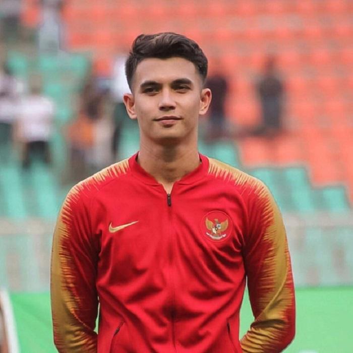 Красивый вратарь из Индонезии показал, как выглядит его возлюбленная. Некоторые считают, что они не подходят друг другу