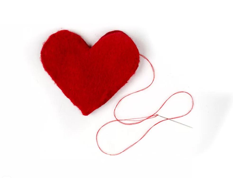 Подарила любимому мужу грелку в виде сердечка, которую сделала своими руками