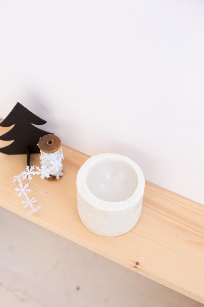 Белый декор очень красиво смотрится в интерьере: делаем минималистичный подсвечник из бетона своими руками