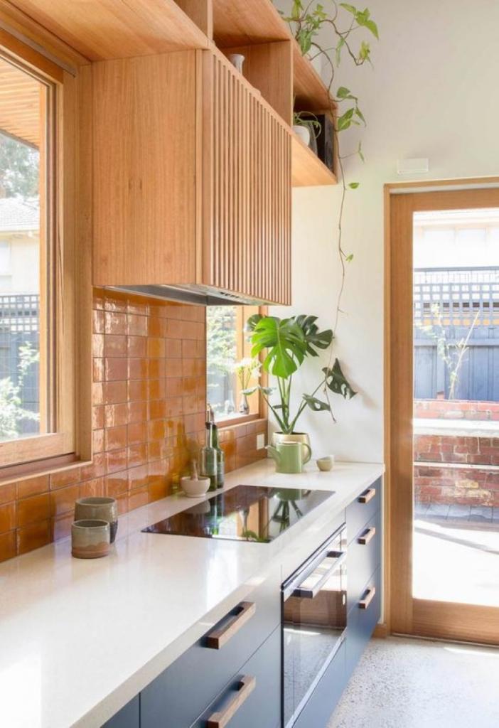 Акцент на посуде и яркая техника: как грамотно использовать оранжевый цвет в интерьере кухни