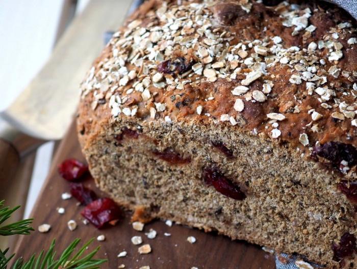 Рекомендуем испечь это лакомство для рождественского стола: пивной хлеб с клюквой и овсяными хлопьями