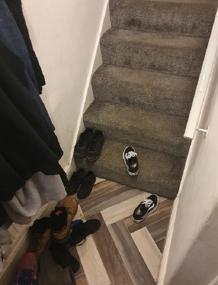 Девушка жаловалась своему парню на постоянный беспорядок в небольшом коридоре. Тот взял молоток и начал ломать лестницу